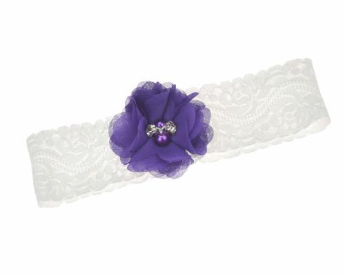 Vintage-Strumpfband aus hochwertiger, weißer Spitze mit lila Blume.